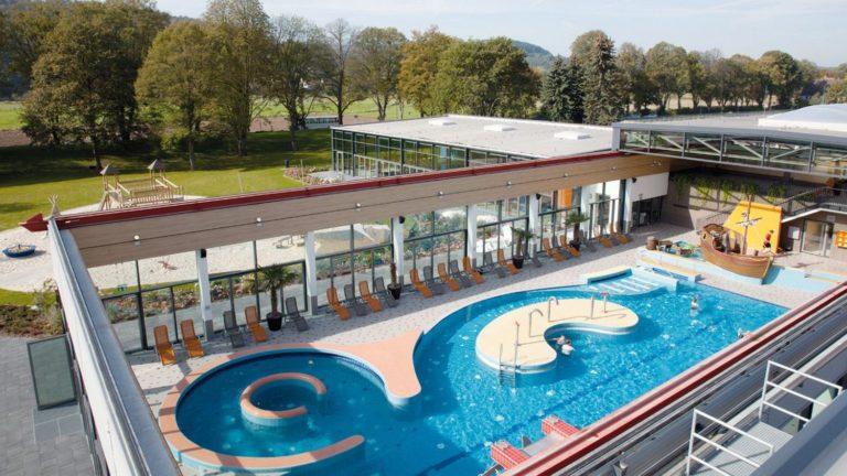 Schwimmbad mit Außenbecken